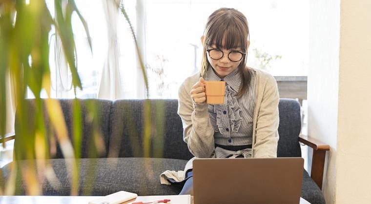 電子メールを楽しむ女性