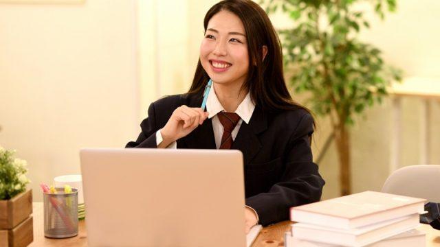 ウェブを楽しむ女学生