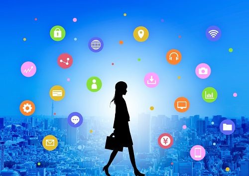 デジタルアイコンと歩く女性